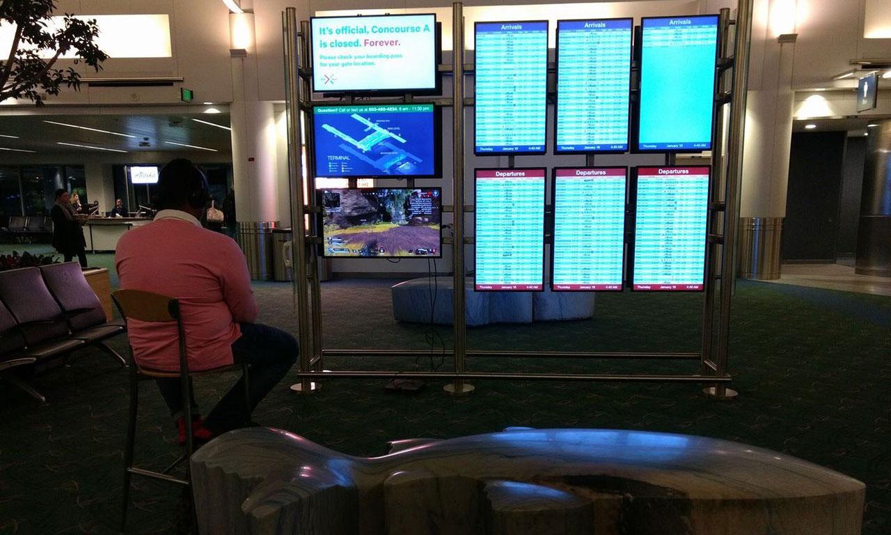 Мужчина подключился кмонитору ваэропорту чтобы поиграть вигру Apex Legends
